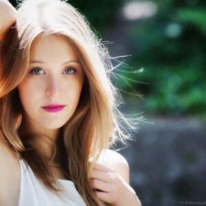 Portraitfoto-Gegenlicht-Junge-Frau-outdoor